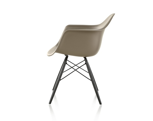 Herman Miller Eames Shell Chair Armchair ダウェルベースの写真