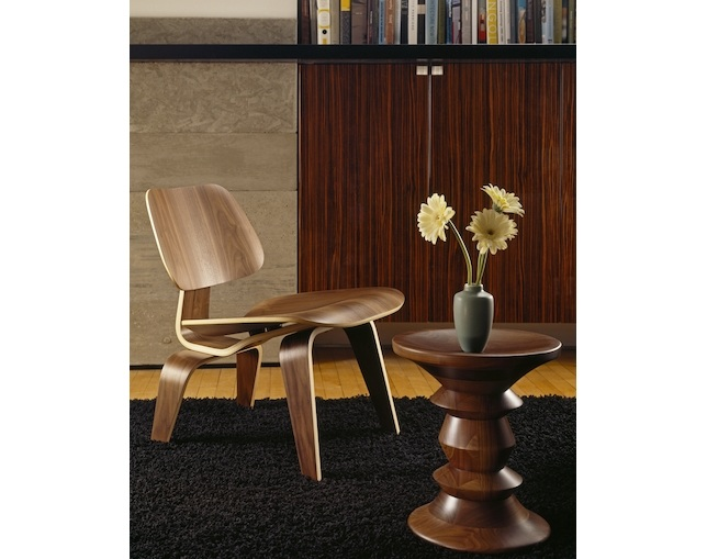 Herman Miller Eames Walnut Stoolの写真