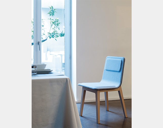 ALKI High back chair in fabric / leatherの写真