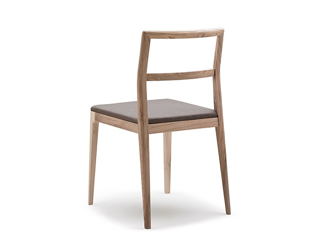 ALKI Chair in oak / walnut - naked back and seat in fabric / leatherの写真