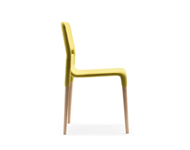 ALKI Chair in oak - back and seat in fabricの写真