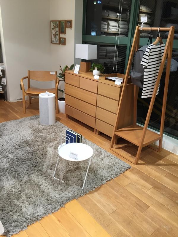 やっぱりMUJIの商品を全て使用しているだけあって統一感があります。どんな家具の組み合わせでもしっくりはまっています。食器やファブリックなどもMUJIの商品で  ...